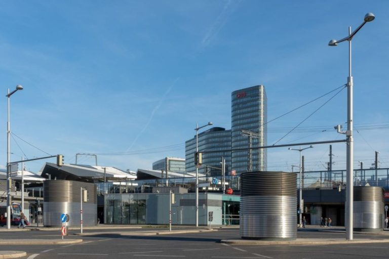 Südtiroler-Platz, Zentrale der ÖBB, Wien-Favoriten, Lüftungsanlagen, Hochhaus, Stangen, Straßenbeleuchtung