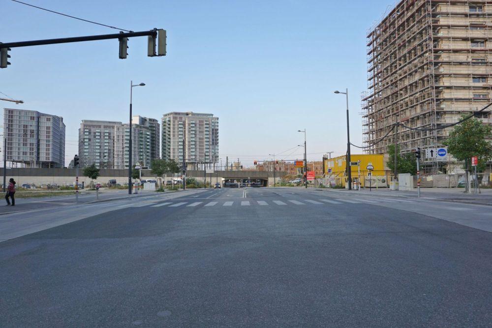 breite Straße mit Neubauten und Baustelle, Bahntrasse, Arsenal, Wohnhochhäuser (Architekt: Renzo Piano), Arsenalstraße