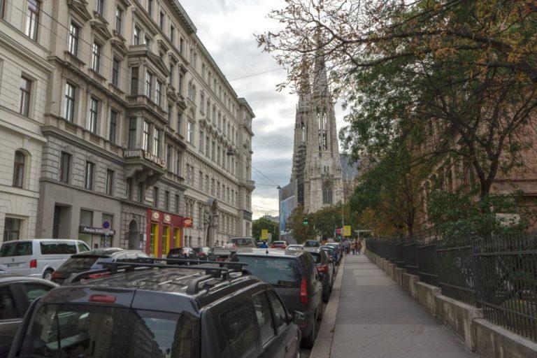viele Autos in der Hörlgasse, Blickrichtung Votivkirche, Wien-Alsergrund