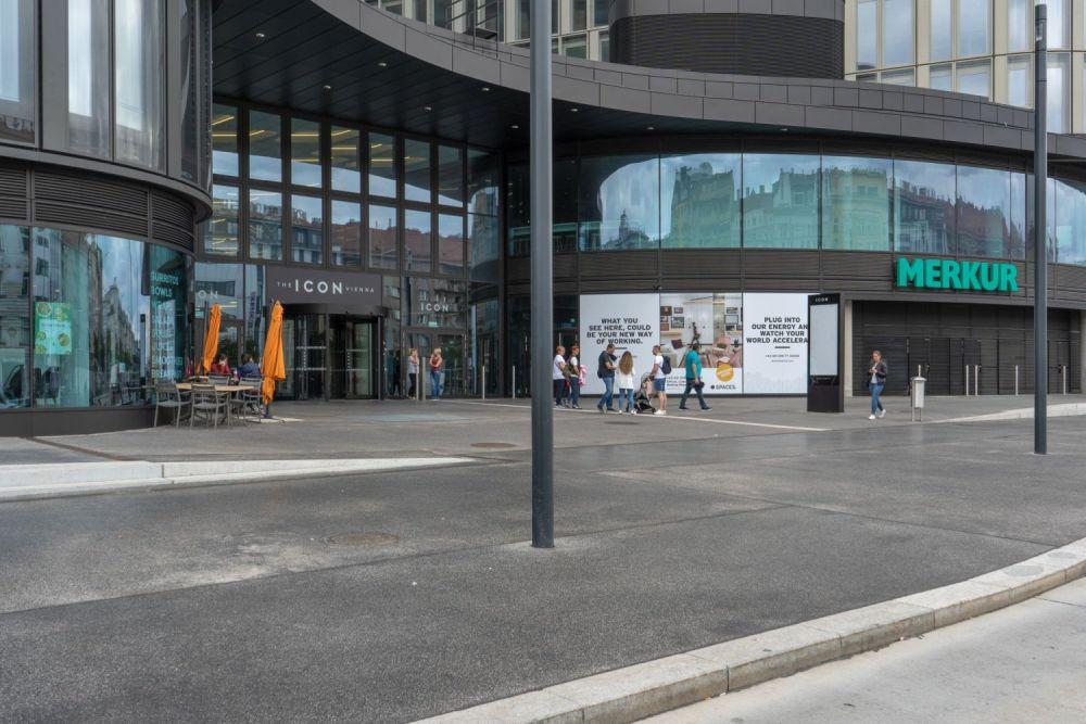 """Eingang zum Bürohaus """"The Icon Vienna"""", Wiedner Gürtel"""