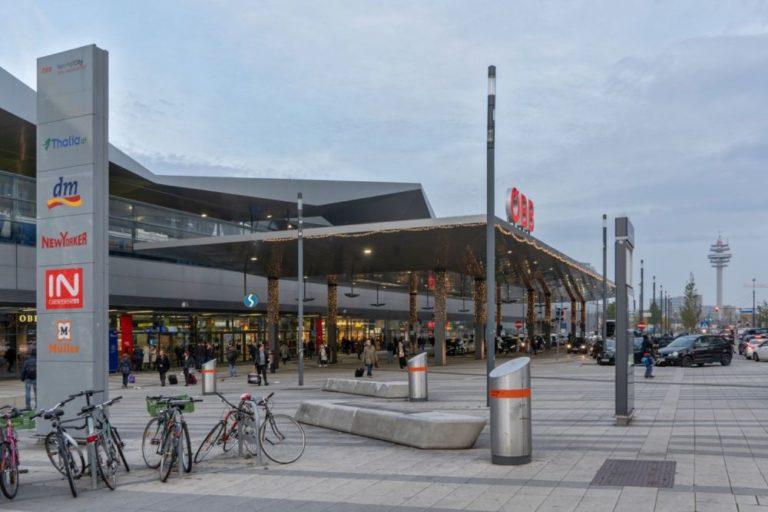 Wien Hauptbahnhof, Eingang bei der Sonnwendgasse und Gerhard-Bronner-Straße