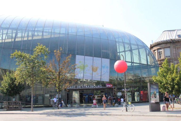 Eingang zum Straßburger Hauptbahnhof, Glasfassade, Bäume, historische Gebäude