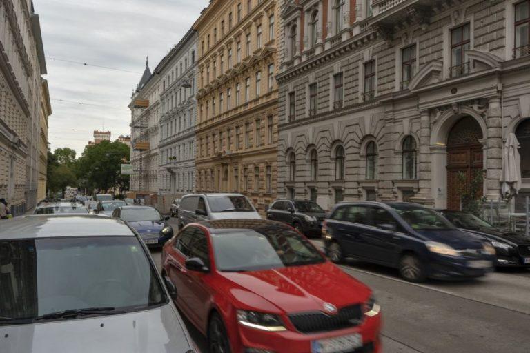 Autos in der Hörlgasse zwischen Rossauer-Kaserne und Votivkirche, Wien-Alsergrund