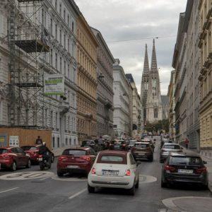 viele Autos in der Hörlgasse, Richtung Votivkirche, Wien-Alsergrund