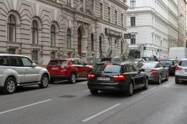 Autoverkehr in der Hörlgasse, 1090 Wien