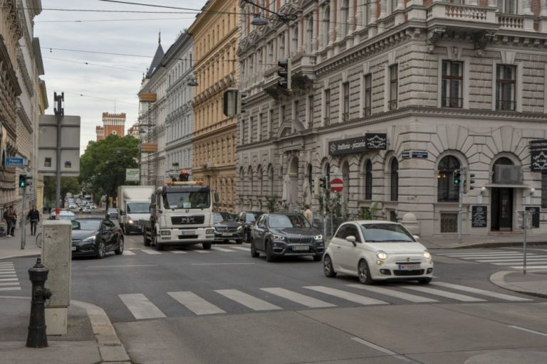 Autoverkehr in der Hörlgasse in Wien-Alsergrund