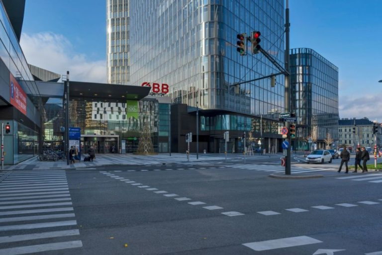 """Gertrude-Fröhlich-Sandner-Straße, Eingang zum Wiener Hauptbahnhof, Bürohaus """"The Icon Vienna"""""""