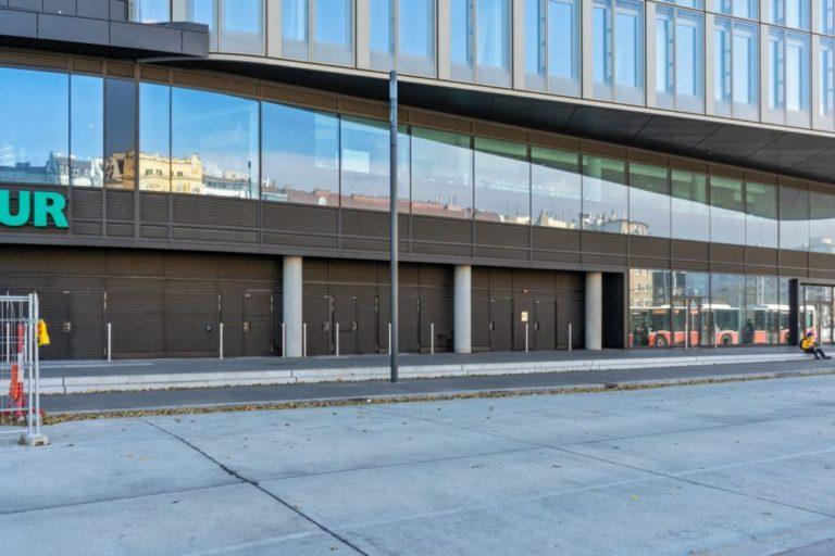 """Asphaltfläche am Wiedner Gürtel beim Wiener Hauptbahnhof, Bürohaus """"The Icon"""", Glasfassade"""