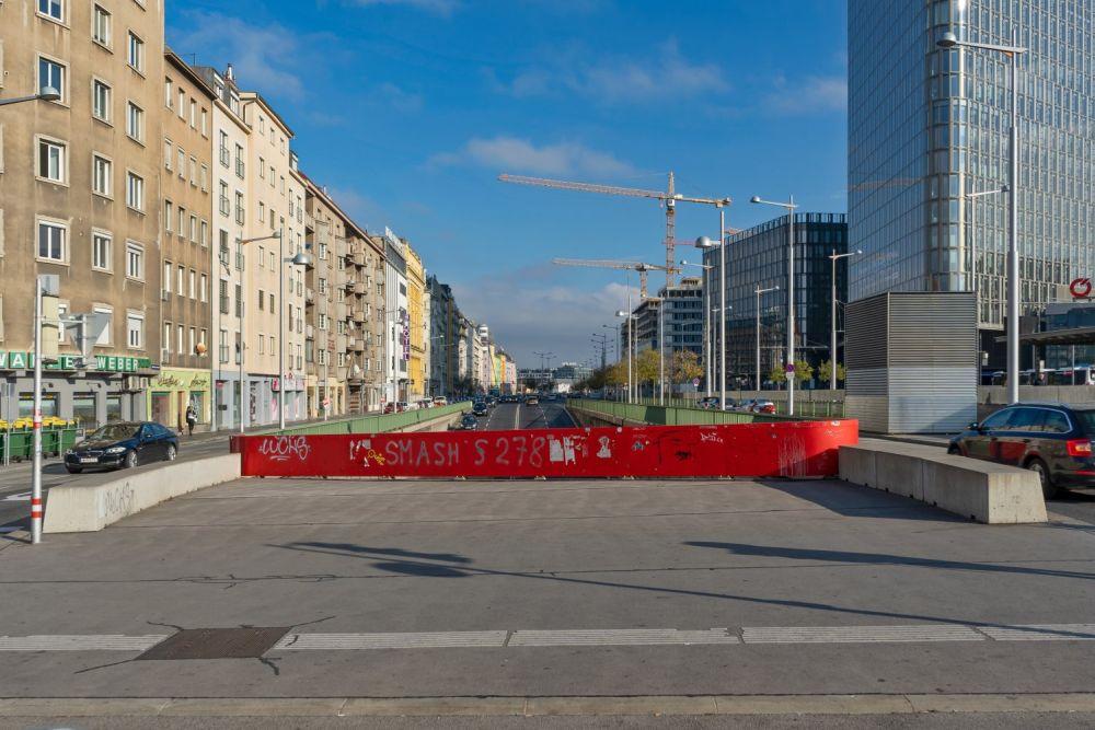 Asphaltfläche am Wiedner Gürtel beim Wiener Hauptbahnhof, 2019