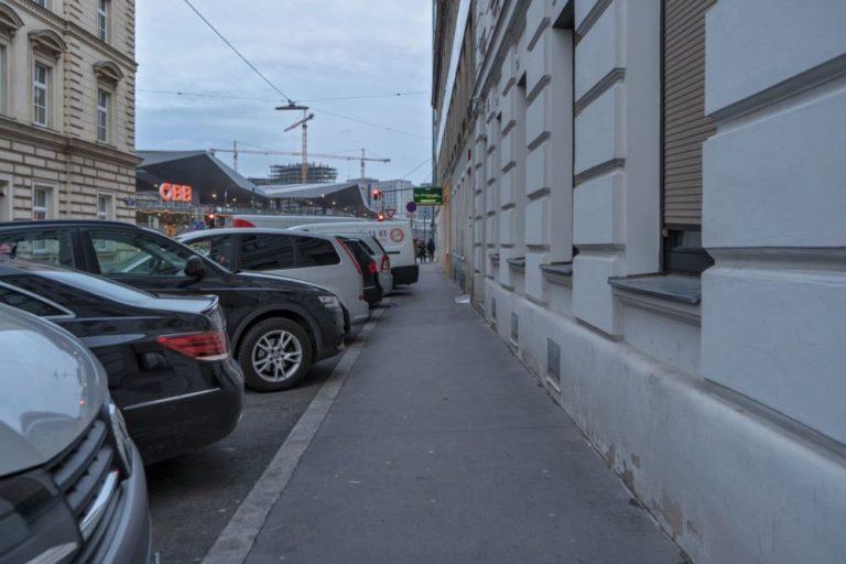 schmaler Gehsteig in Wien-Favoriten, Johannitergasse, beim Hauptbahnhof, parkende Autos