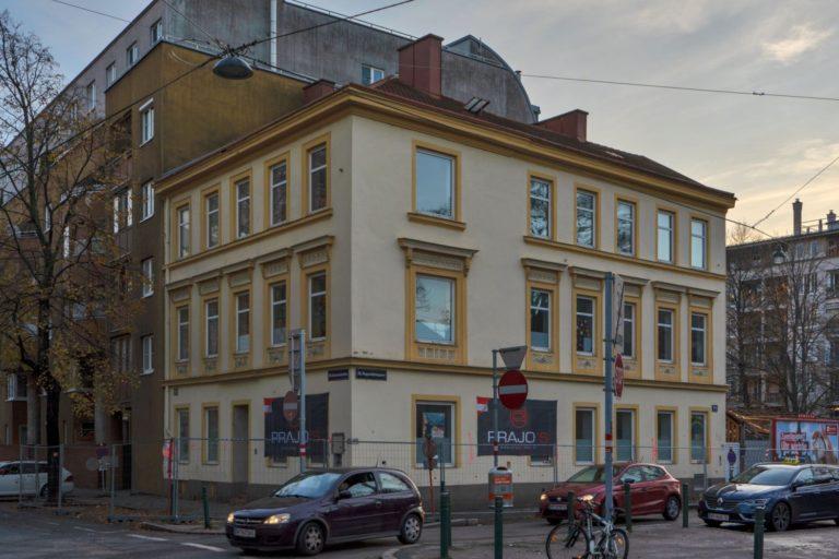 Gründerzeithaus in der Dammstraße 33, Bauzaun, Wien-Brigittenau