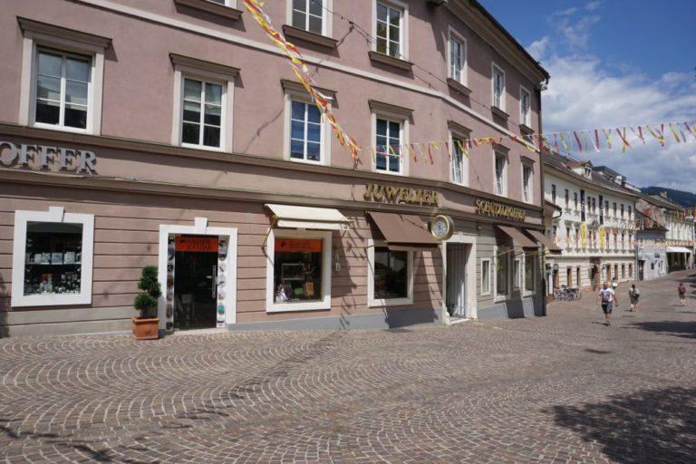 historische Gebäude und Fußgängerzone in Villach, Kärnten
