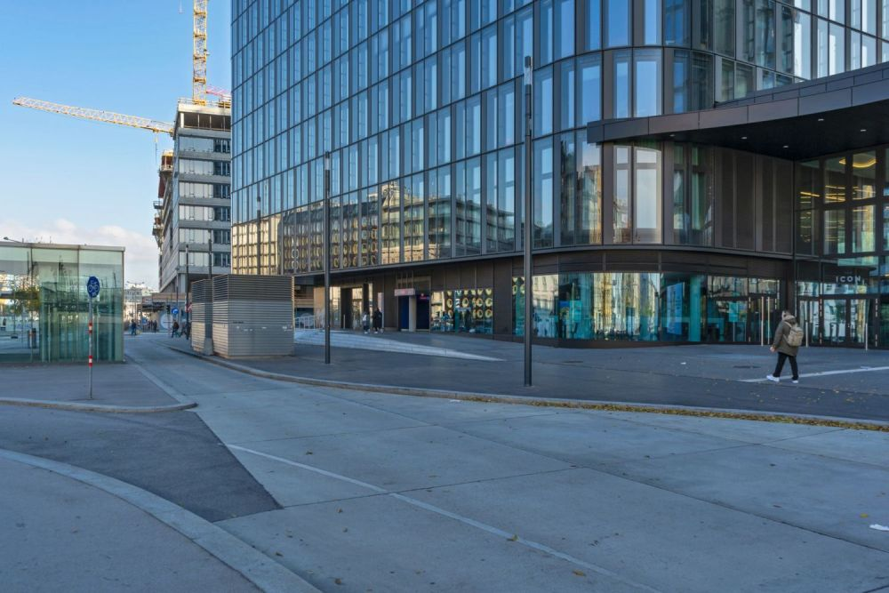 Asphaltfläche am Wiedner Gürtel beim Wiener Hauptbahnhof, Bürohaus mit Glasfassade, Baustelle