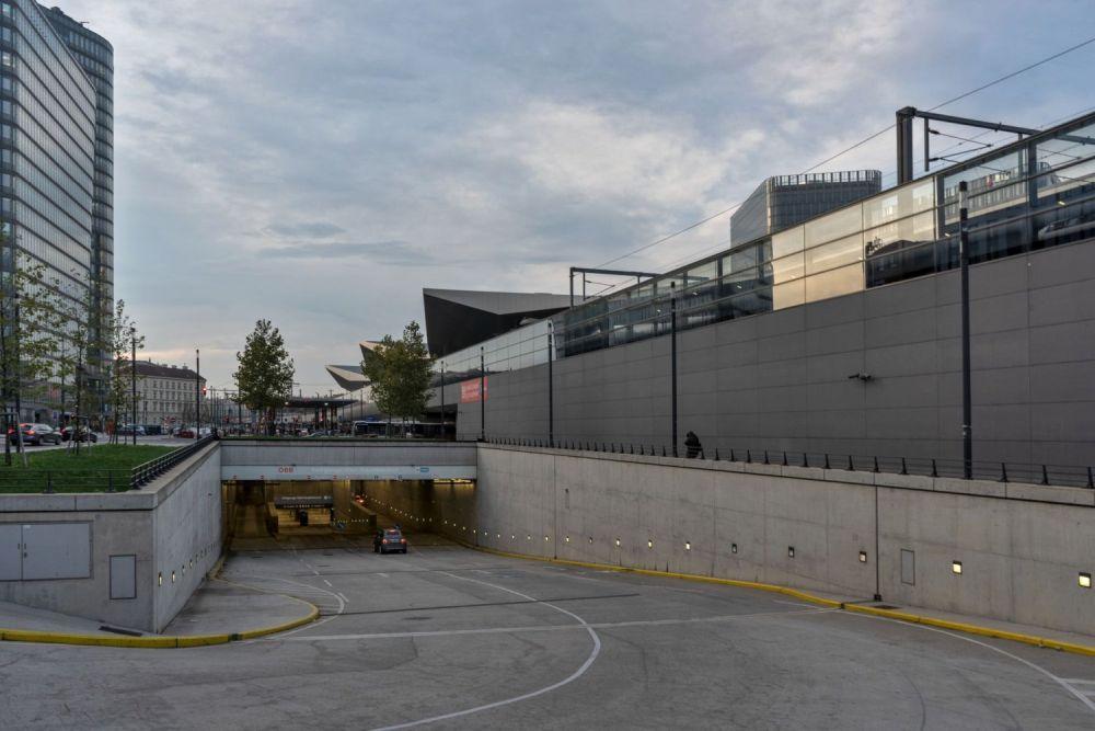 Einfahrt zu Garage des Wiener Hauptbahnhofs, ÖBB-Hochhaus, Bahntrasse, Asphalt, Auto, Bäume