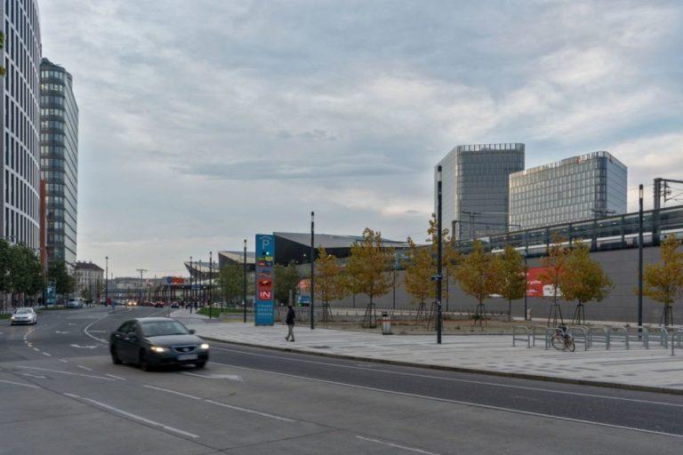 öffentlicher Raum beim Wiener Hauptbahnhof, Rückseite, Straße, Bäume, Hochhäuser