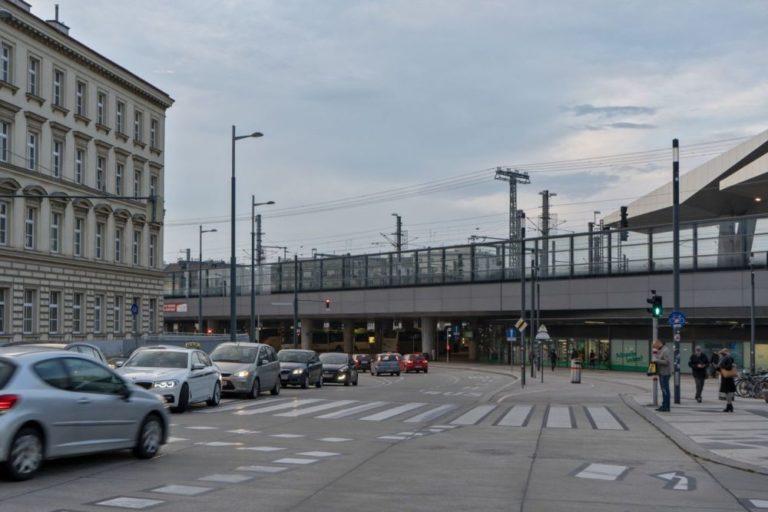 Verkehr auf der Sonnwendgasse beim Wiener Hauptbahnhof