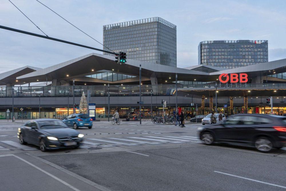 Autoverkehr auf der Sonnwendgasse beim Wiener Hauptbahnhof