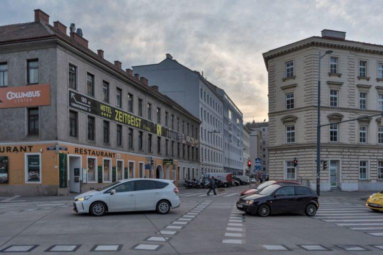 Autoverkehr auf der Sonnwendgasse beim Wiener Hauptbahnhof, Johannitergasse Richtung Favoritenstraße, Gründerzeithäuser