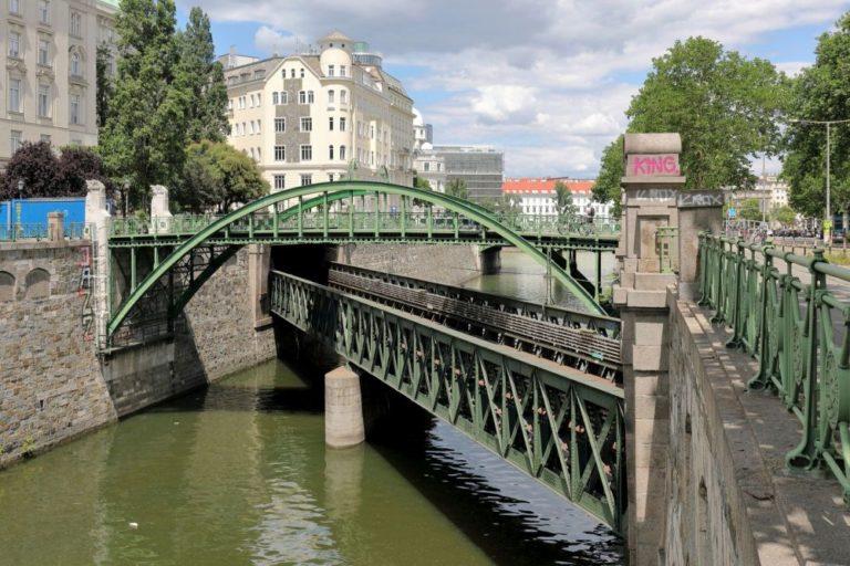 Wienfluss mit historischen Brücken und Geländern, Nähe Donaukanal, Stahlkonstruktion, Gründerzeithäuser, Fluss