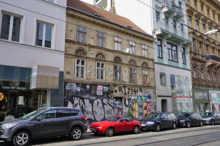 Biedermeierhaus Breite Gasse 15 in Wien mit Graffiti, Autos, Schienen, Neubau (7. Bezirk)