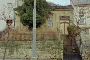 Mauer und altes Wohnhaus