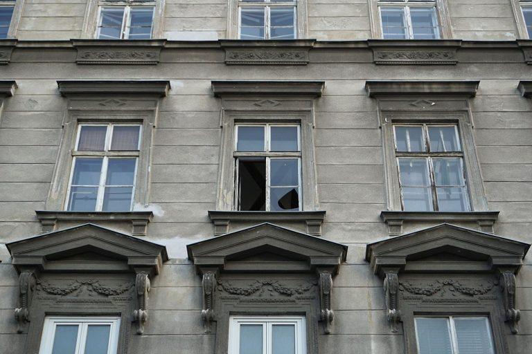 Gründerzeithaus Hetzgasse 8 mit kaputtem Fenster