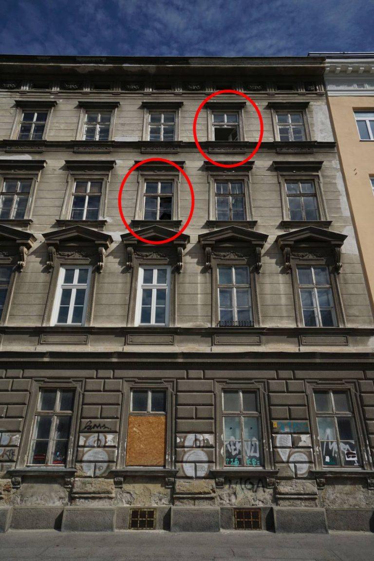 renovierungsbedürftiges Gründerzeithaus mit offenen Fenstern in Wien, Hetzgasse 8