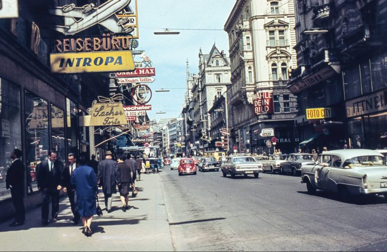 Kärntner Straße vor dem Umbau zur Fußgängerzone, 1967, Wien