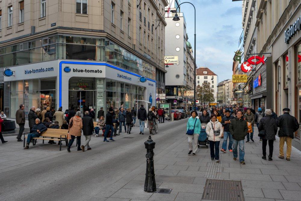 Rotenturmstraße im Winter 2019, nach dem Umbau zur Begegnungszone, Wien, Innere Stadt, Fußgänger, Touristen, Hydrant, Pflasterung, Geschäfte, Straßenlaterne