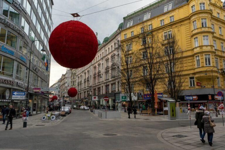 Rotenturmstraße nach dem Umbau zur Begegnungszone, 2019, Wien, Innere Stadt, Fleischmarkt, Winter, Weihnachtsdekoration, Fußgänger