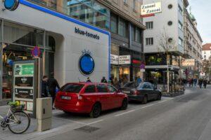umgebaute Rotenturmstraße in Wien, Innere Stadt (1. Bezirk), parkende Autos, Fußgänger, Begegnungszone