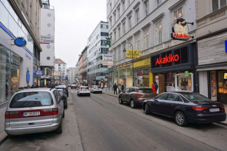 Rotenturmstraße vor Umbau zur Begegnungszone, parkende Autos, alte Häuser, Passanten, Ströcl, Akakiko, Zanoni