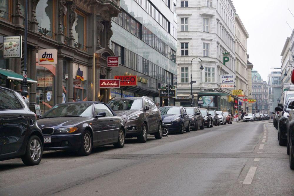 Rotenturmstraße vor dem Umbau zur Begegnungszone, parkende Autos, Gründerzeithäuser