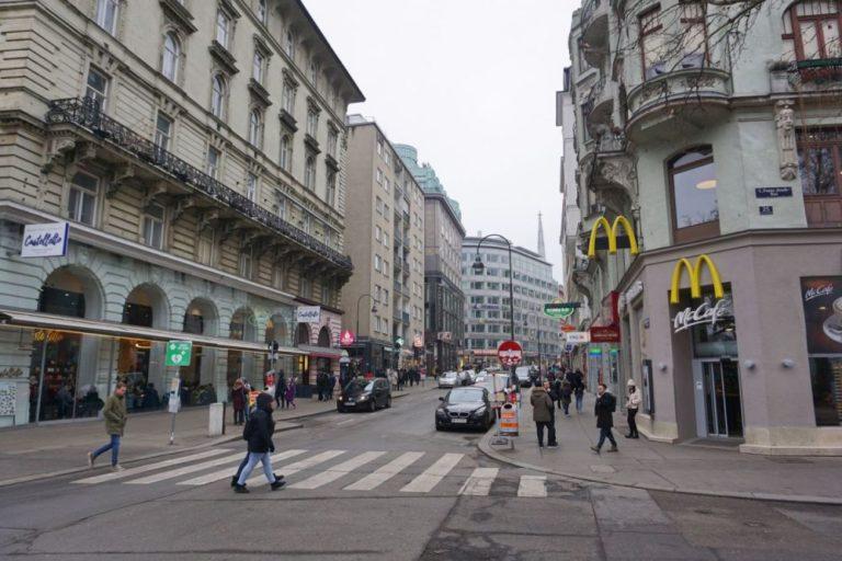 Rotenturmstraße vor dem Umbau zur Begegnungszone, beim Schwedenplatz, Fußgänger, Autos, Mc Café, Franz-Josefs-Kai, 1010 Wien
