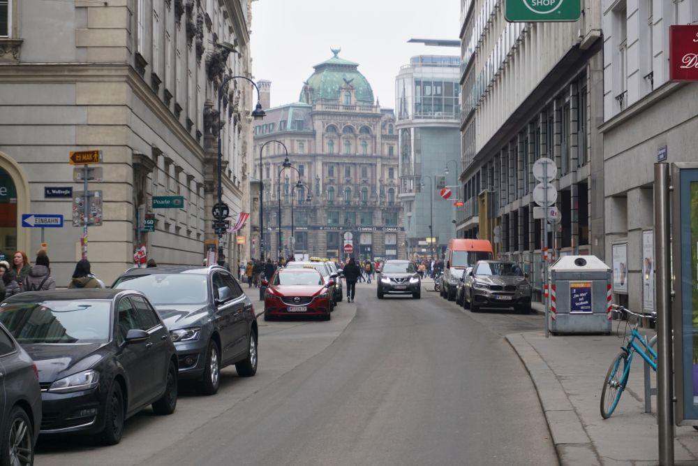 Autos in der Rotenturmstraße vor dem Umbau zur Begegnungszone, Erzbischöfliches Palais, Palais Equitable, Wollzeile, Stephansplatz