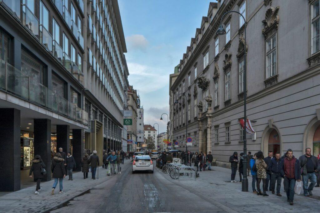 Rotenturmstraße nahe Stephansplatz, Fußgänger, Autos, Fahrräder, erzbischöfliches Palais, Wien