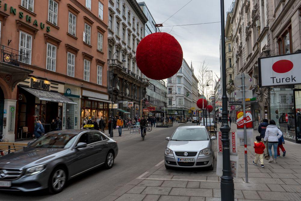 Fußgänger und Autos in der Rotenturmstraße im 1. Bezirk, Wien