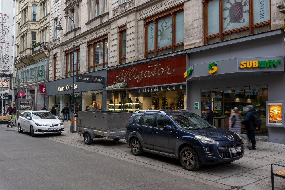 parkende Autos in der Rotenturmstraße, Begegnungszone, Subway, Alligator Marc O'Polo