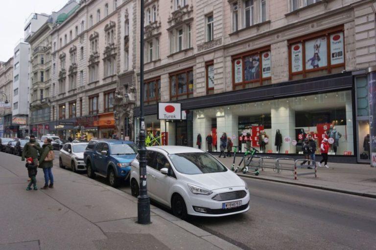 parkende Autos, historisches Gebäude, Rotenturmstraße vor Umbau zur Begegnungszone, Wien, Innere Stadt