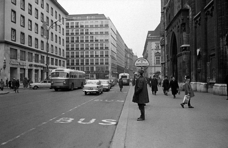 alte Aufnahme einer Bushaltestelle vor dem Stephansdom, Verkehr, Auto