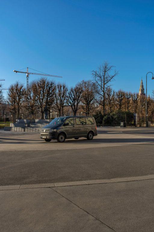 Auto am Ballhausplatz, dahinter der Volksgarten und das Rathaus, Wien, Innere Stadt