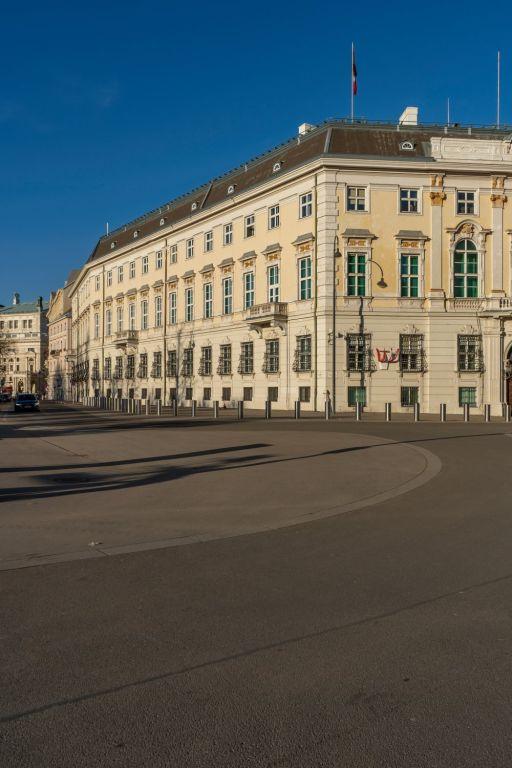 Asphaltfläche auf dem Wiener Ballhausplatz, Bundeskanzleramt
