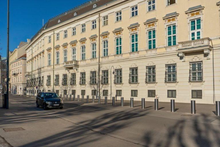 Bundeskanzleramt in Wien, Poller, Auto, Asphalt