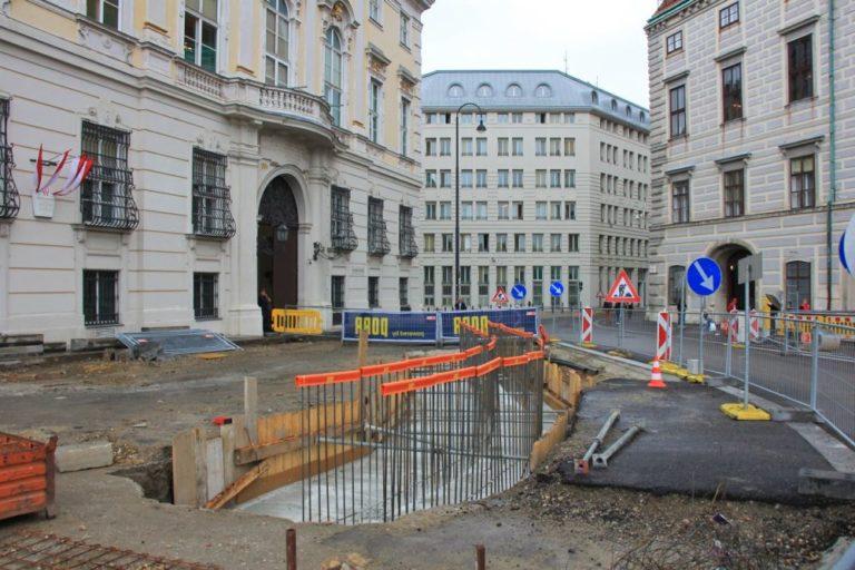 Umbau des Ballhausplatzes, Installation von Pollern, neue Asphaltierung