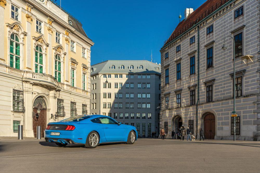 Auto fährt am Ballhausplatz, Wien