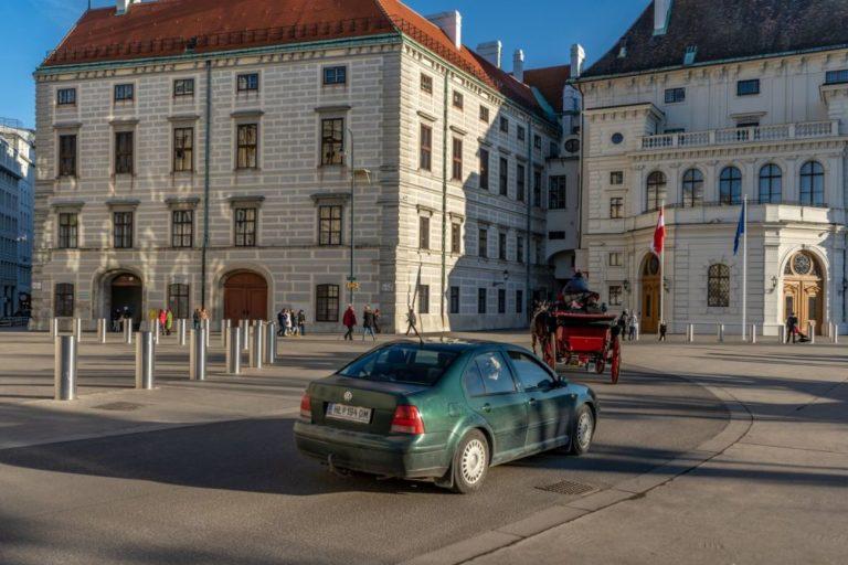 Fiaker und Auto am Ballhausplatz, Wien