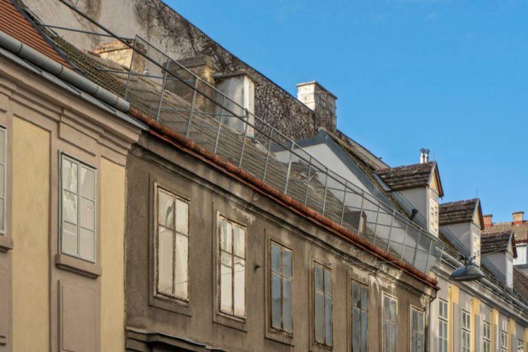 Schäden am Dach des Hauses Freundgasse 9 im Jahr 2019, Wien-Wieden (4. Bezirk)