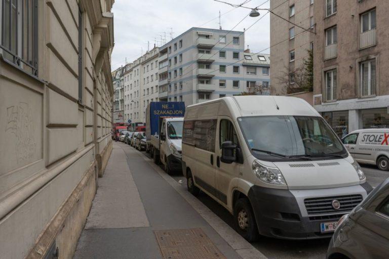 Gehsteig und parkende Autos in der Gumpendorfer Straße, 1060 Wien