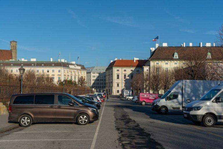 Parkplatz zwischen Volksgarten und Heldenplatz in Wien, vorne Hofburg