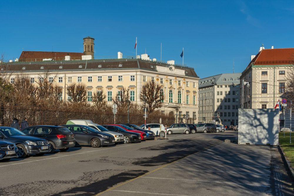 parkende Autos auf dem Wiener Heldenplatz, Bundeskanzleramt, Minoritenkirche, Hofburg